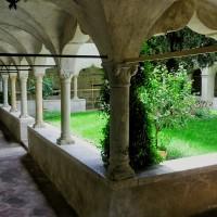 Ein altes Kloster im gotischen Stil.
