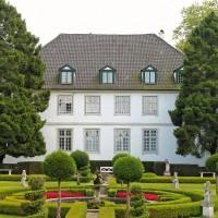 liebliches Schloss mit akkurater Gartenarbeit