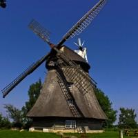geschichtsträchtige Windmühle, eingebettet in einer reizenden Landschaft