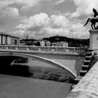 uralte Brücke in einem historischen Stadtbild